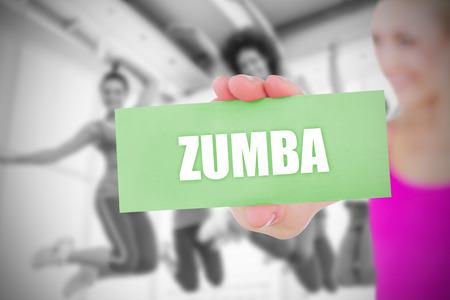 zumba: La fuerza y ??la palabra clase de yoga en el gimnasio contra ajuste rubia tarjeta rosa celebraci�n