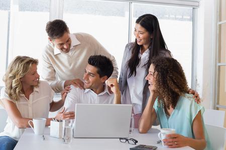 alabanza: Casual equipo de negocios sonriendo felicitar a su colega en la oficina
