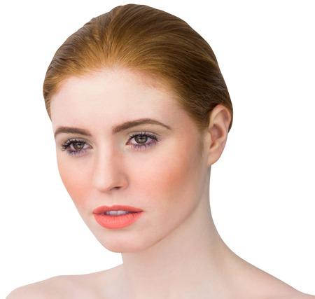 cabelo amarrado: Ruiva bonita que levanta com cabelo amarrado no fundo branco