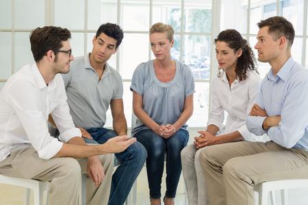 Skupinová terapie v relaci sedí v kruhu v jasné místnosti Reklamní fotografie