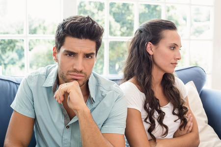 not talking: Coppia attraente non parlando sul divano di casa, in salotto
