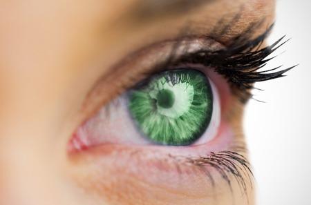eye green: Los ojos verdes mirando a la cara femenina en el fondo blanco Foto de archivo