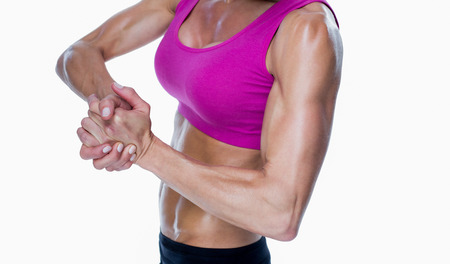 ensemble mains: Female bodybuilder posant avec les mains sur fond blanc Banque d'images