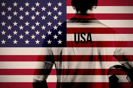 soccer: Imagen compuesta de EE.UU. jugador de f�tbol que sostiene la bola contra la bandera nacional de EE.UU.