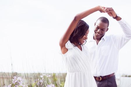 Romantikus pár táncol és mosolyog a kertben