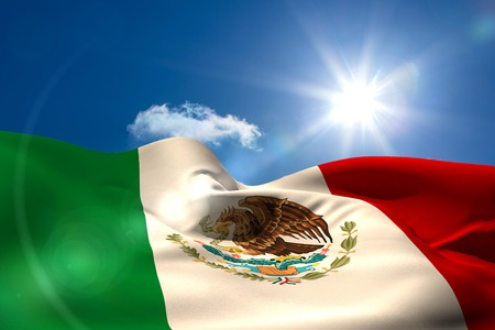 bandera de mexico: Generada digitalmente México bandera ondulante contra el cielo azul