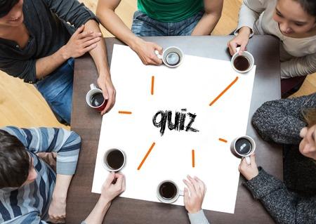 menschen sitzend: Das Wort-Quiz auf Seite mit den Menschen um den Tisch trinken Kaffee sitzen
