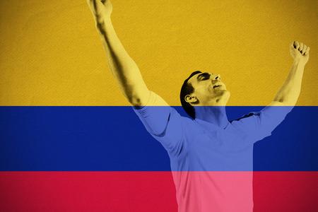 la bandera de colombia: Animar emocionado aficionado al f�tbol contra la bandera nacional Colombia Foto de archivo