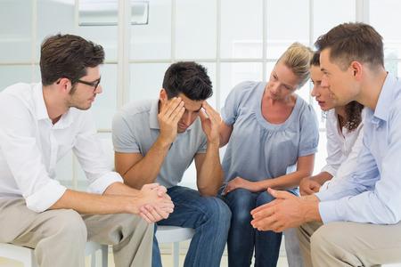 terapia de grupo: La terapia de grupo en la sesi�n que se sienta en un c�rculo en una habitaci�n luminosa