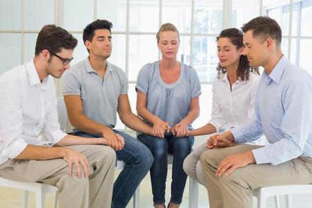 h�ndchen halten: Gruppentherapie in der Sitzung sitzen in einem Kreis, die H�nde in einem hellen Raum