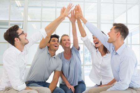 terapia de grupo: La terapia de grupo en la sesi�n sentado en un alto fiving c�rculo en una habitaci�n luminosa