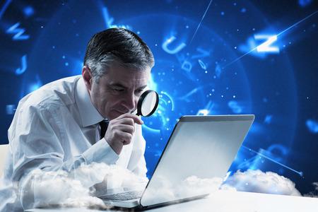 成熟したビジネスマンの手紙で青い背景に虫眼鏡で調べる 写真素材