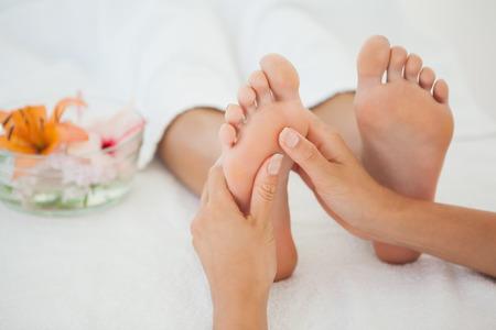 ヘルス ・ スパでマッサージの女性の足を受信