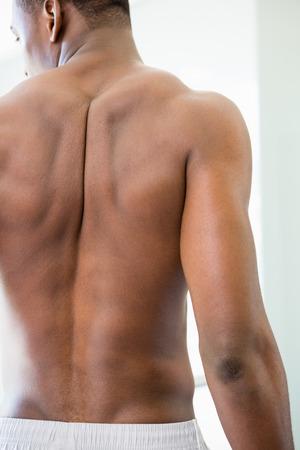 black guy: Vista trasera de un hombre musculoso sin camisa de pie en el gimnasio Foto de archivo