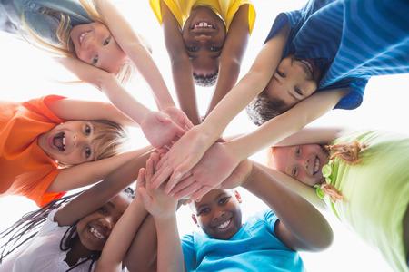 ni�os negros: Alumnos lindos sonriendo a la c�mara fuera en la escuela primaria