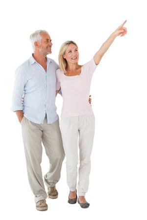 산책과 흰색 배경에 가리키는 웃는 몇