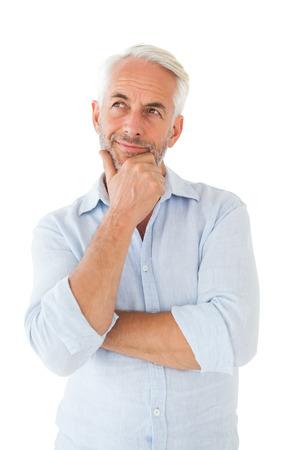 hombre pensando: Hombre reflexivo posando con la mano en la barbilla sobre fondo blanco Foto de archivo