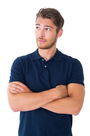 팔 생각하는 잘 생긴 젊은 남자는 흰색 배경에 교차