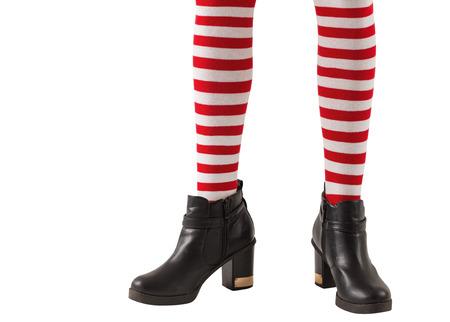 pere noel sexy: La moiti� inf�rieure de la jeune fille de porter des chaussettes de stripey et des bottes sur fond blanc