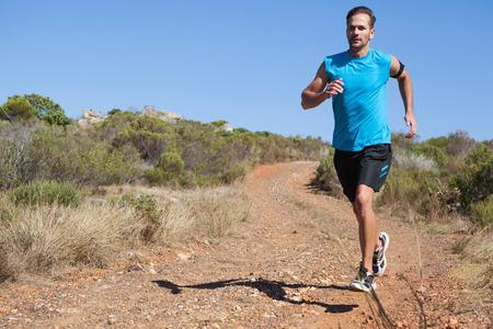 hombre flaco: Hombre atl�tico correr en pista de esqu� en un d�a soleado