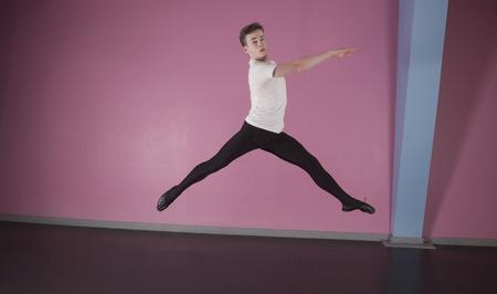 ballet hombres: Centrado bailarina de ballet masculino saltando en el estudio de danza