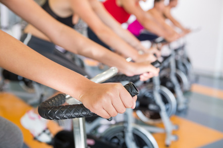 fitness: Clase de spinning que se resuelve en una fila en el gimnasio