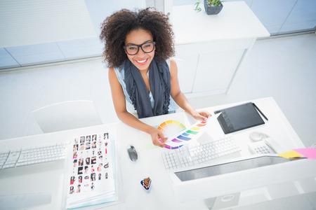 mujer bonita: Pretty dise�ador que trabaja en su escritorio en su oficina Foto de archivo