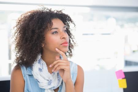 afroamericanas: Pretty diseñador de pensar en su escritorio en su oficina