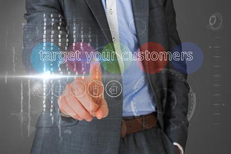 el mundo en tus manos: Empresario tocar las palabras se dirigen a sus clientes en la interfaz contra vi�eta gris