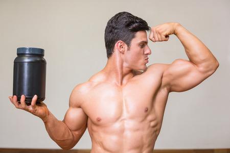 上半身裸の筋肉男が白い背景上の栄養補助食品のキス の写真素材・画像素材 Image 30952822.