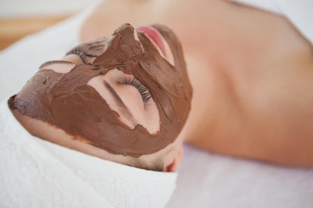tratamiento facial: Hermosa rubia recibiendo un tratamiento facial de chocolate en el centro de rehabilitación