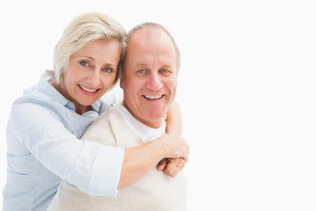 bonhomme blanc: Heureux couple d'�ge m�r souriant � la cam�ra sur fond blanc