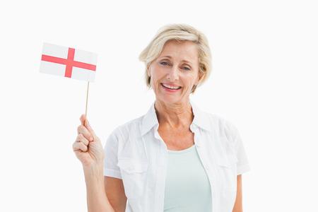 drapeau anglais: Bonne femme mature tenant le drapeau anglais sur fond blanc