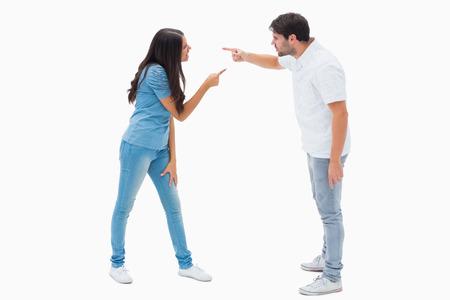 novios enojados: Pareja enojado gritando el uno al otro en el fondo blanco Foto de archivo