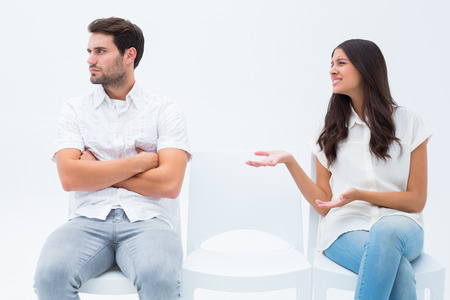 suplicando: Brunette suplic�ndole novio enojado sobre fondo blanco