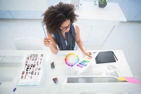 Pretty diseñador que trabaja en su escritorio en su oficina Foto de archivo