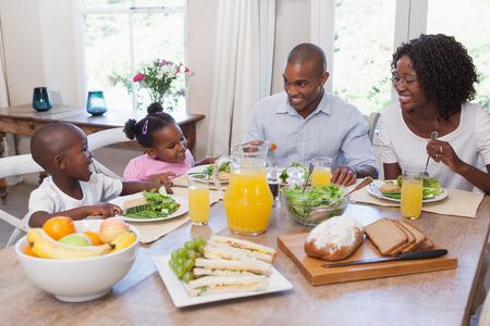 Gelukkige familie lunchen samen thuis in de keuken Stockfoto