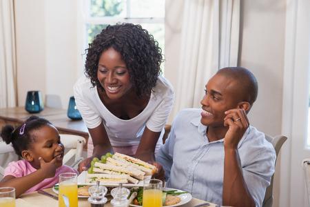 Mère servant des sandwichs à sa famille à la maison dans la cuisine Banque d'images - 30926122