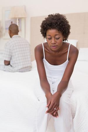 mujeres negras: Pares infelices no hablar el uno al otro en la cama en su casa en el dormitorio