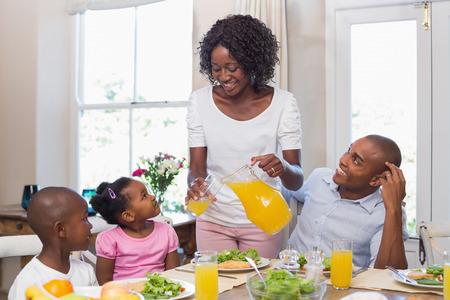essen und trinken: Gl�ckliche Familie zusammen genie�en eine gesunde Mahlzeit zu Hause in der K�che
