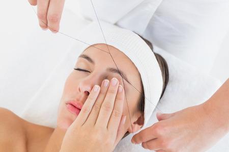 Nahaufnahme von einer Hand Threading Augenbraue sch�nen Frau