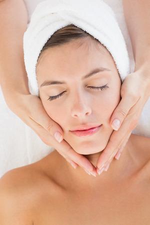 Nahaufnahme von einer attraktiven jungen Frau empfangen Gesichtsmassage in Spa-Center Lizenzfreie Bilder
