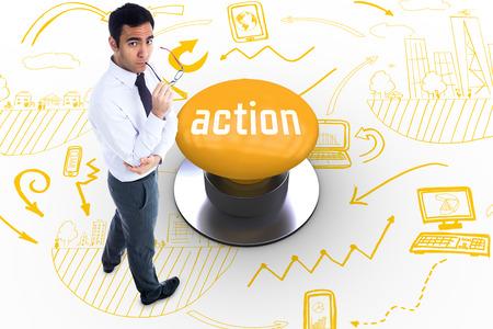 plan de accion: La palabra acción y hombre de negocios la celebración de gafas sin sonrisa contra el pulsador amarillo