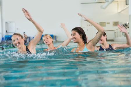레저 센터에서 수영장에서 아쿠아 에어로빅을하는 여성 피트니스 클래스
