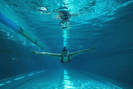 레저 센터 수영장에서 그녀의 자신에 운동 선수 훈련 스톡 콘텐츠
