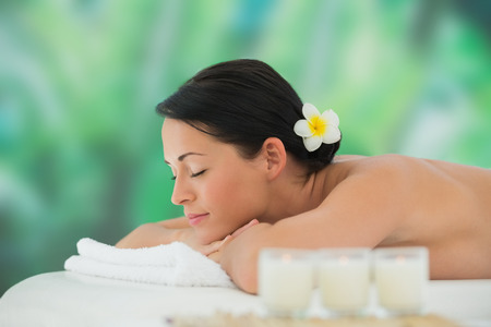 masajes relajacion: Hermosa morena de relax en mesa de masaje en un spa de lujo Foto de archivo