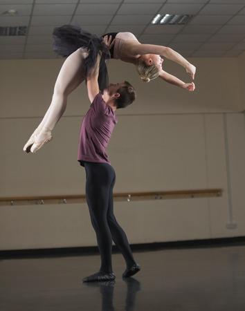 bailarin hombre: Socios de ballet que bailan con gracia juntos en el estudio de ballet Foto de archivo