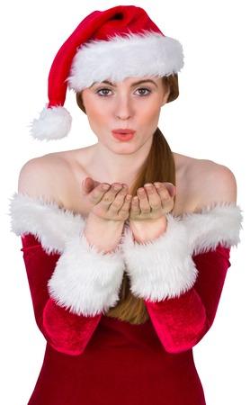 pere noel sexy: Jolie fille en costume de Santa soufflant � la cam�ra sur fond blanc