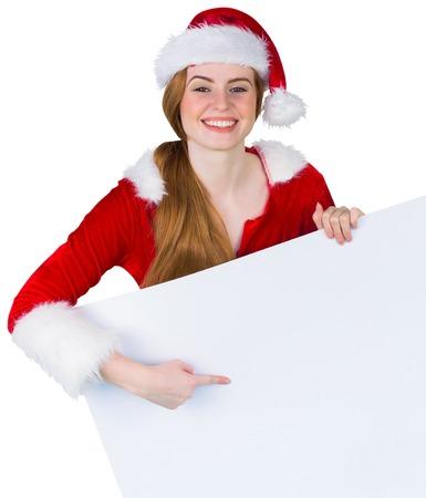 pere noel sexy: Jolie fille � santa costume de carte d�montrant sur fond blanc