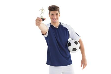 futbolista: Jugador de f�tbol con los ganadores del trofeo sobre el fondo blanco